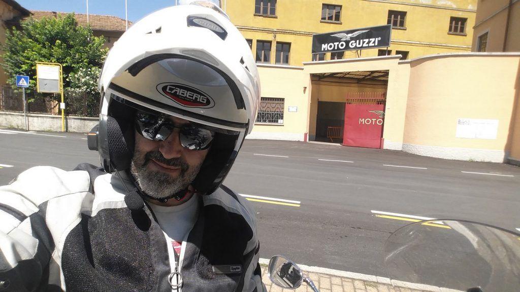 Este soy yo delante de la casa de Moto Guzzi