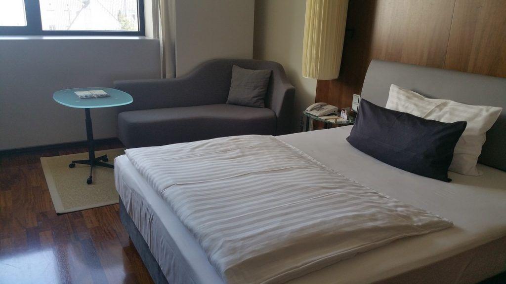La habitación del Hotel. Ya con los típicos edredones y almohadas pequeñas