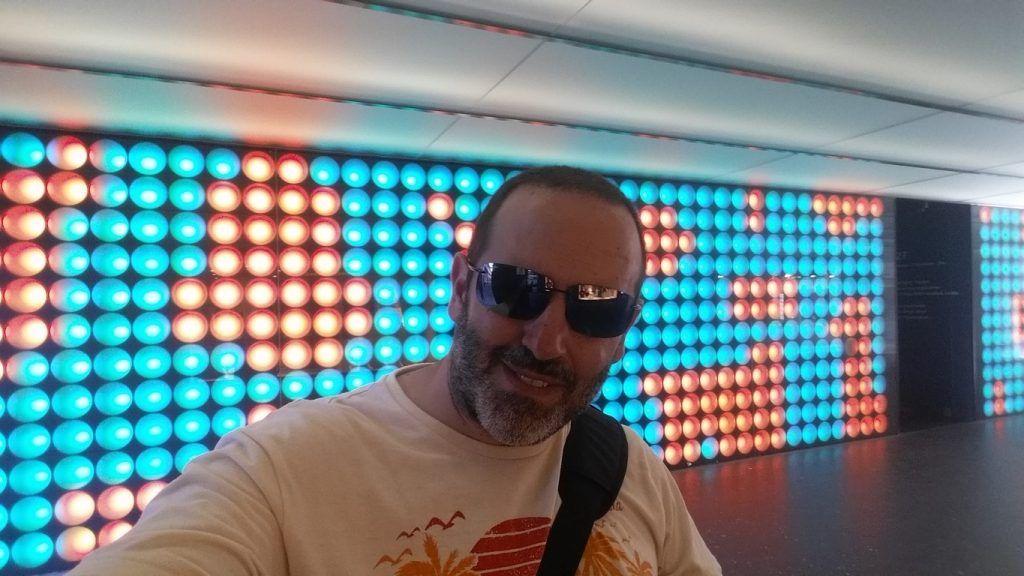 Selfie con luces de colores. ¿A ver si lo encontráis cuando vayáis?