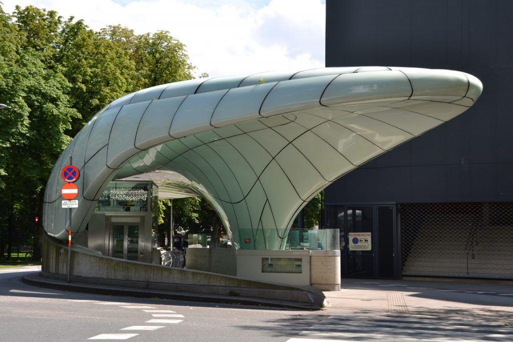 Un toque de modernidad: la parada para coger el teleférico